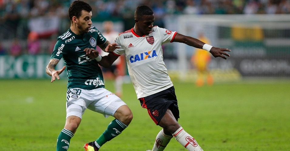 Lucas Lima faz a marcação em Vinicius Júnior no jogo entre Palmeiras e Flamengo