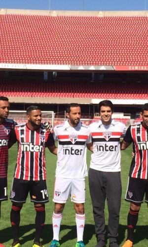 Kaká lança nova camisa do São Paulo ao lado de jogadores