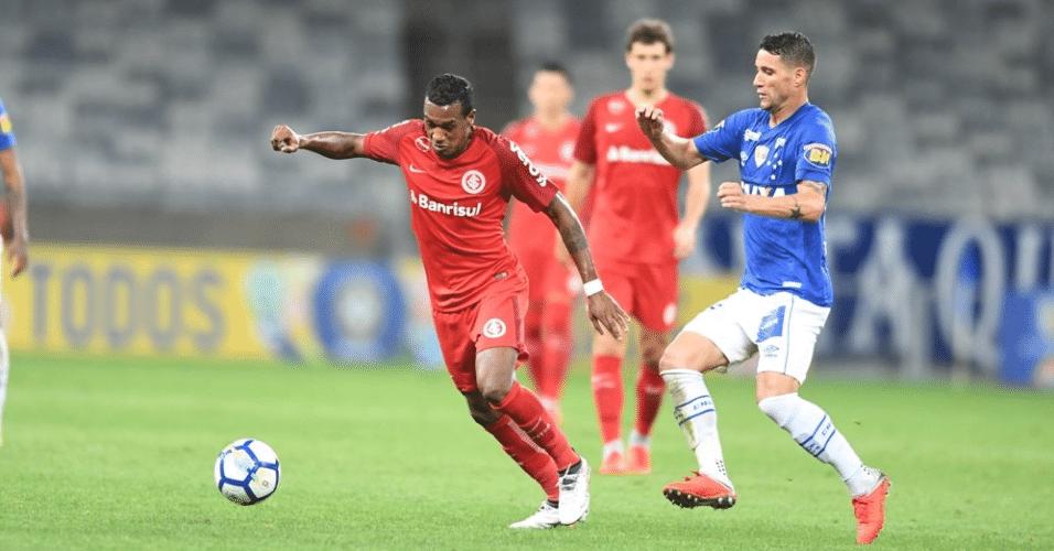 Edenílson recebe a marcação de Thiago Neves durante Cruzeiro x Inter