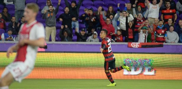 Uribe, do Flamengo, comemora um de seus gols sobre o Ajax