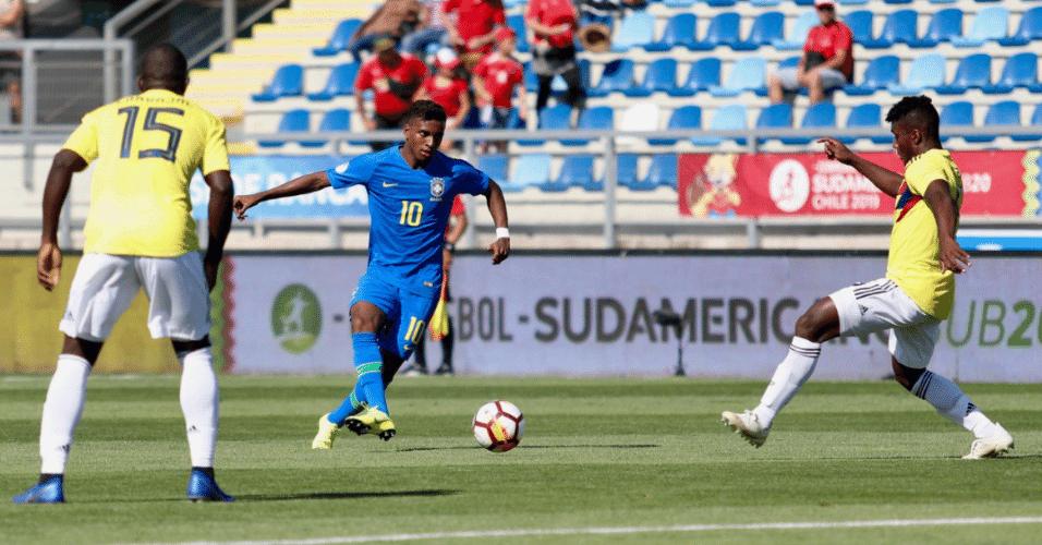 Rodrygo tenta jogada durante estreia da seleção brasileira no Sul-Americano sub-20, contra a Colômbia