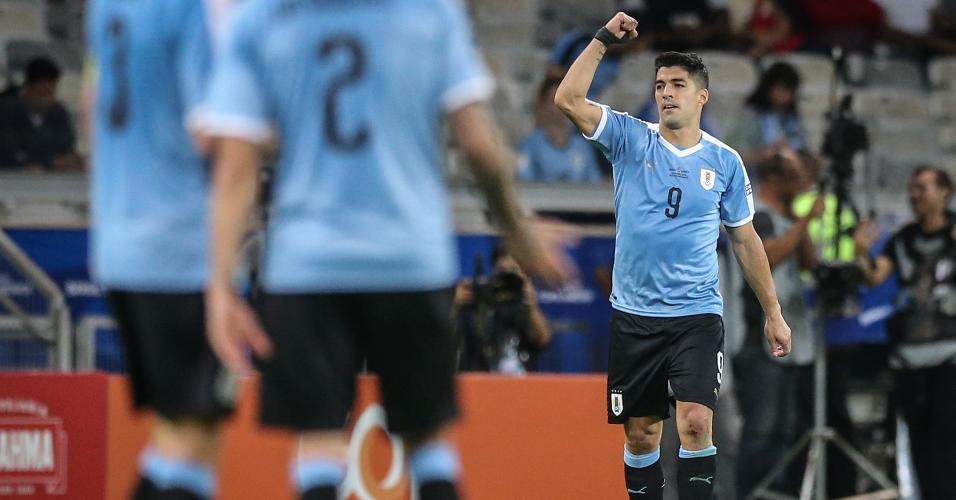 Suárez comemora gol do Uruguai contra o Equador