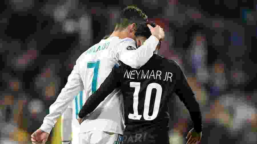 Cristiano Ronaldo e Neymar se abraçam durante jogo entre Real Madrid e PSG - AFP PHOTO / GABRIEL BOUYS