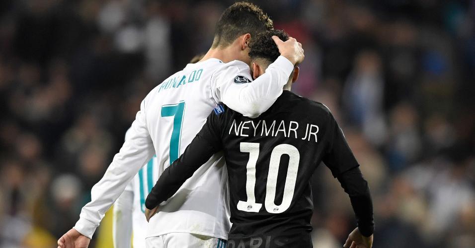Cristiano Ronaldo e Neymar se abraçam durante jogo entre Real Madrid e PSG