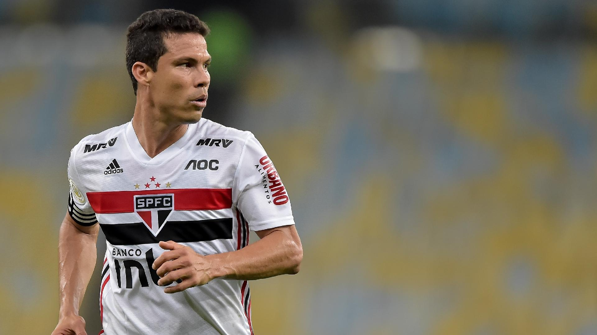 Hernandes, jogador do São Paulo, durante partida contra o Fluminense pelo Campeonato Brasileiro
