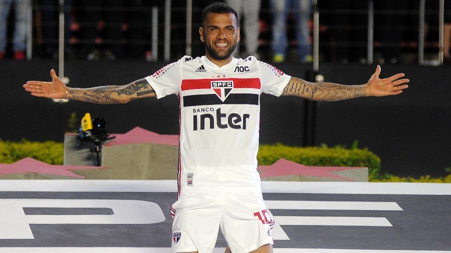 Daniel Alves posa para foto com escudo do São Paulo - Alan Morici/AGIF