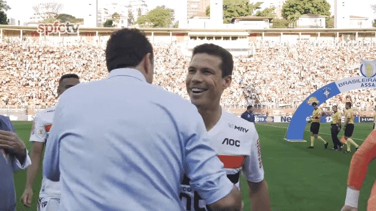 Hernanes e Rogério Ceni se abraçam antes de jogo entre São Paulo e Fortaleza no Brasileirão - Reprodução/YouTube - Reprodução/YouTube