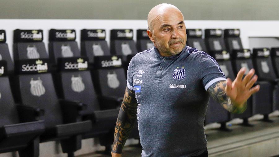 O técnico Jorge Sampaoli, do Santos, acompanha o jogo contra o Botafogo - Fernanda Luz/AGIF