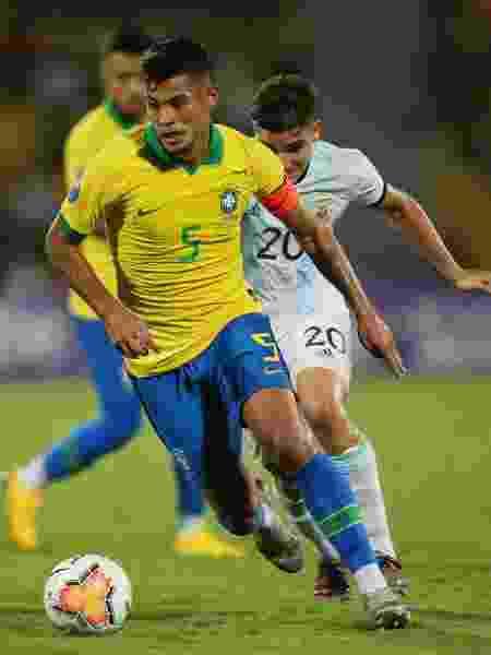 Capitão do Brasil, Bruno Guimarães carrega a bola no jogo contra a Argentina no Pré-Olímpico - REUTERS/Luisa Gonzalez ORG XMIT