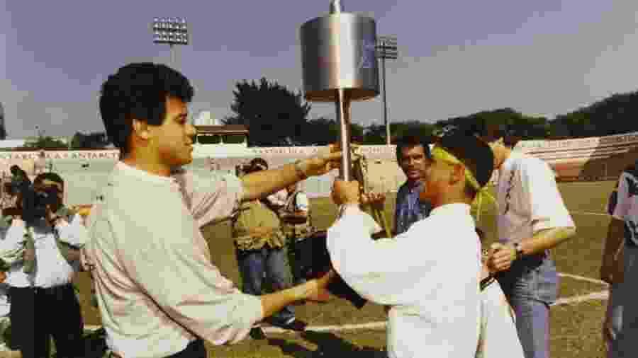 Ronaldo e Marcelinho Carioca com o troféu da Copa do Brasil 1995, conquistado pelo Corinthians - Lalo de Almeida/Folhapress