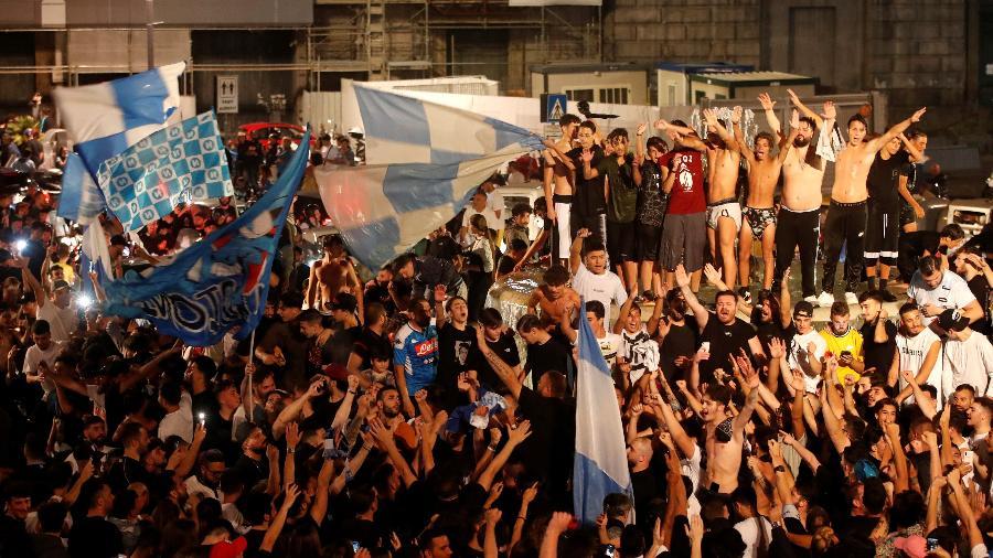 Torcedores do Napoli se aglomeram após título da Copa da Itália - REUTERS/Ciro de Luca