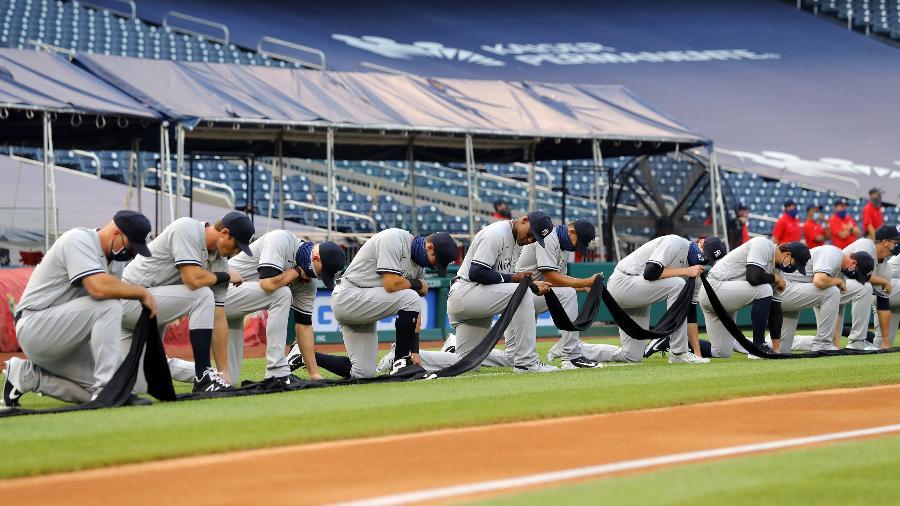 Atletas do New York Yankees se ajoelham e seguram faixa preta para pedir igualdade racial no beisebol - Alex Trautwig/MLB Photos via Getty Images