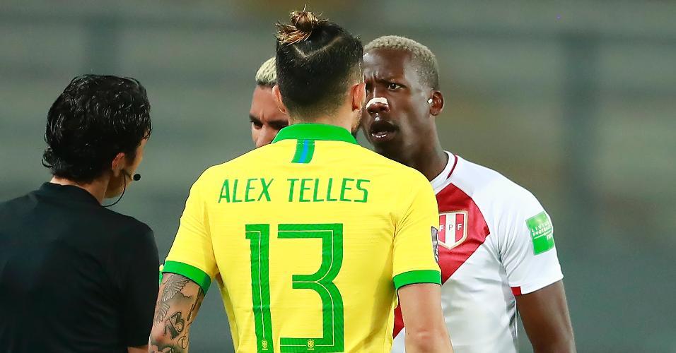Alex Telles se desentende com Advíncula, durante a partida entre Brasil e Peru