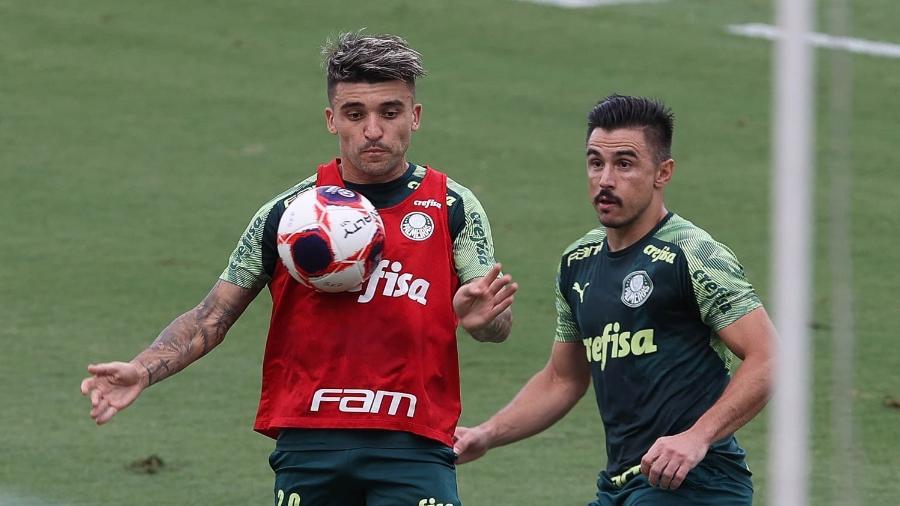 Victor Luis disputa a bola com Willian em treino do Palmeiras, na Academia de Futebol - Cesar Greco