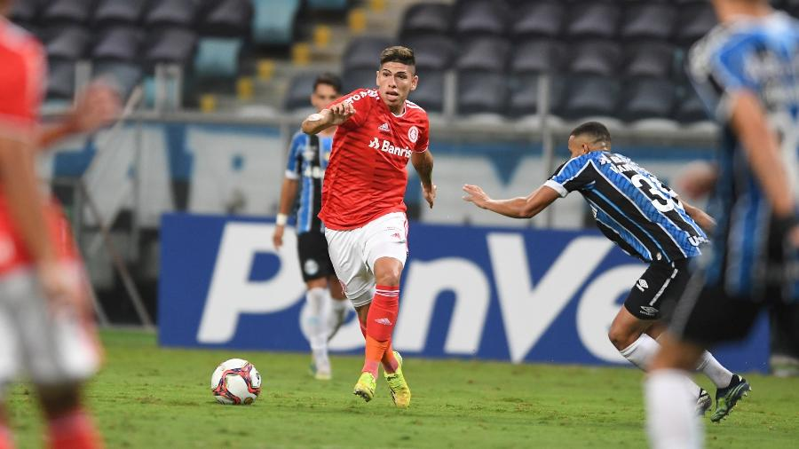 Carlos Palacios, atacante do Inter, durante lance do clássico Gre-Nal, na Arena do Grêmio - Ricardo Duarte/Inter
