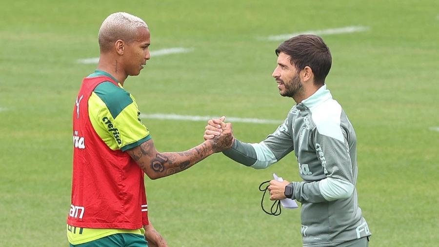 O auxiliar técnico Carlos Martinho e o jogador Deyverson, do Palmeiras, durante treinamento, na Academia de Futebol - Cesar Greco/Palmeiras