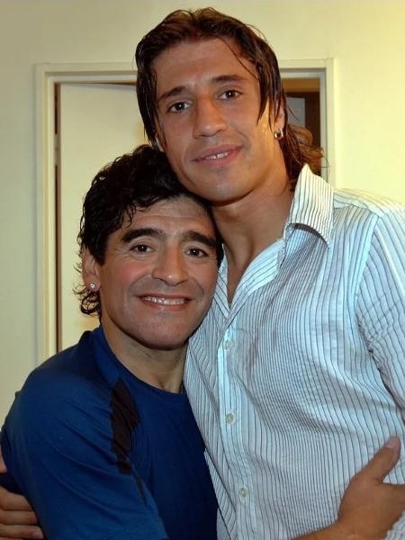Diego Maradona abraça Hernán Crespo em 2005 - Reprodução Olé