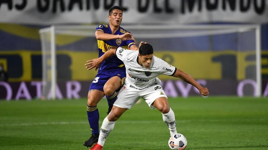 Hulk domina a bola diante da marcação em jogo do Atlético-MG x Boca Juniores pela Libertadores - Dibulgação/Conmebol