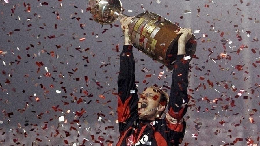 Rogério Ceni levanta a taça da Copa Libertadores de 2005, pelo São Paulo - Arquivo/Reuters