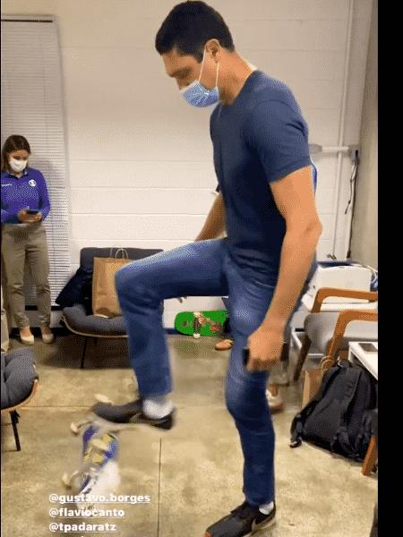 Gustavo Borges brincando com skate nos bastidores da Globo - Instagram - Instagram