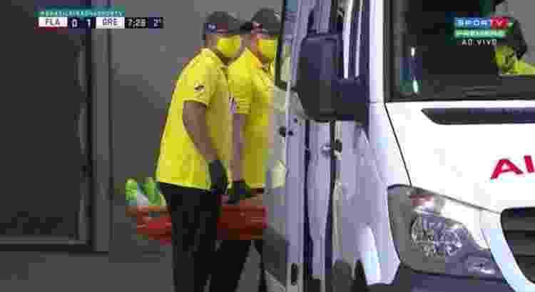 Goleiro Gabriel Chapecó, do Grêmio, se chocou com o companheiro de time Ruan e precisou ser atendido na ambulância - Reprodução/SporTV - Reprodução/SporTV