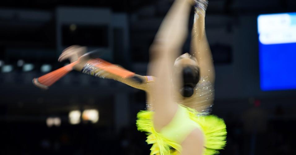 Laura Zeng se apresenta no último dia de competições da ginástica rítmica. Norte-americana conquistou o ouro nas maças e nas fitas