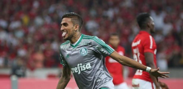 Rafael Marques marca o gol de empate do Palmeiras contra o Internacional pela Copa do Brasil