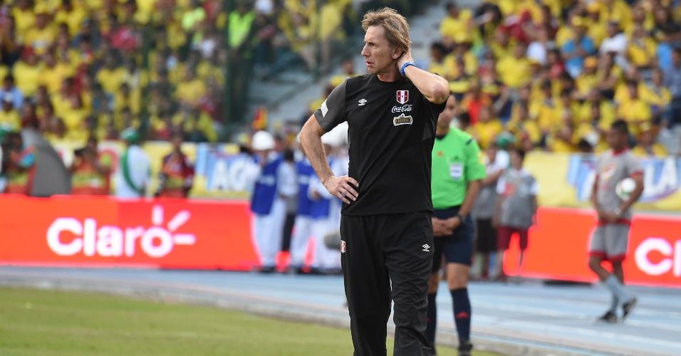 Ex-técnico do Palmeiras e atual comandante do Peru, Ricardo Gareca se preocupa com placar de 1 a 0 para a Colômbia durante partida pelas Eliminatórias Sul-americanas para a Copa do Mundo de 2018
