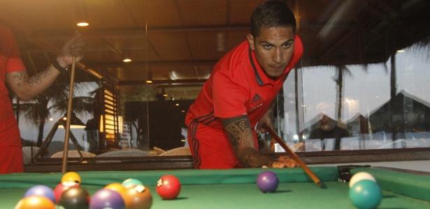 Paolo Guerrero joga sinuca em momento de folga do Flamengo em Mangaratiba - Gilvan de Souza/ Flamengo