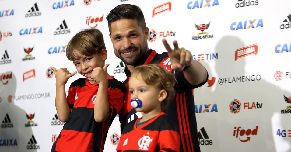 Após um dia de festa, Diego finalmente vestiu a camisa do Flamengo
