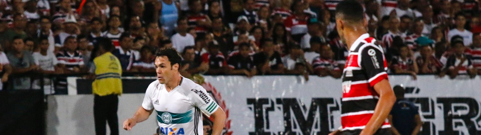 Kleber marca para o Coritiba contra o Santa Cruz