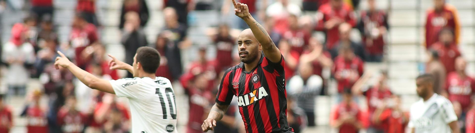 Thiago Heleno comemora seu primeiro gol contra a Ponte Preta