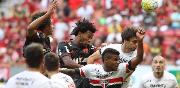 Jogadores de Flamengo e São Paulo disputam bola em confronto do turno do Brasileiro