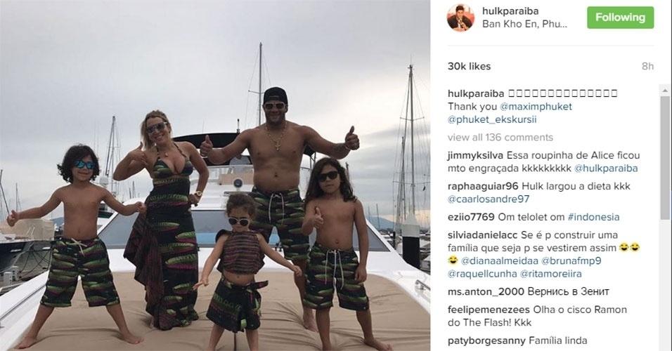 Hulk exibe músculos em férias com a família na Tailândia