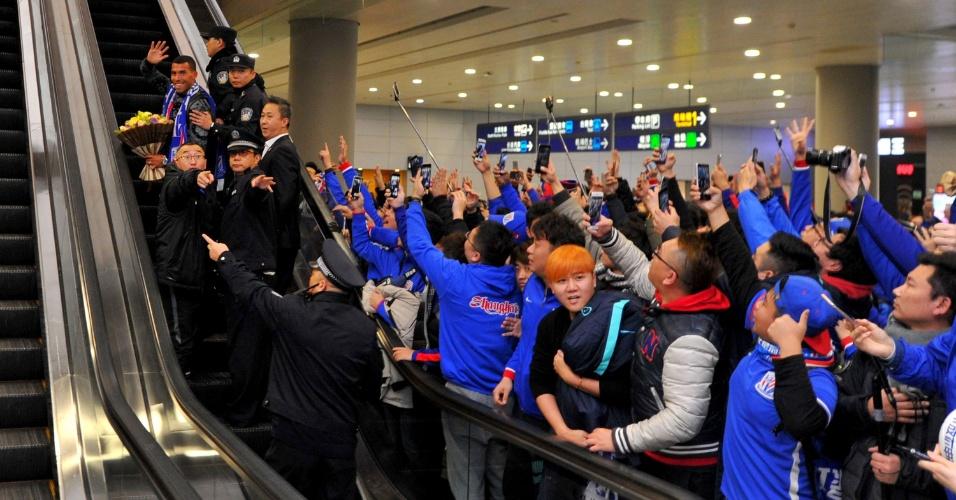 Tevez acena para torcedores no aeroporto de Xangai