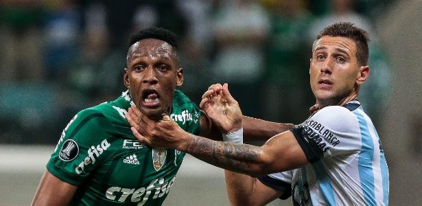 Mina, do Palmeiras, disputa lance com Bruno Bianchi, do Atlético Tucumán