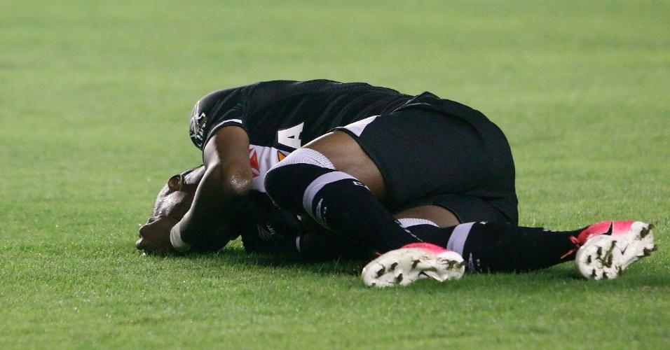 Kelvin sente lesão no duelo do Vasco contra o Corinthians