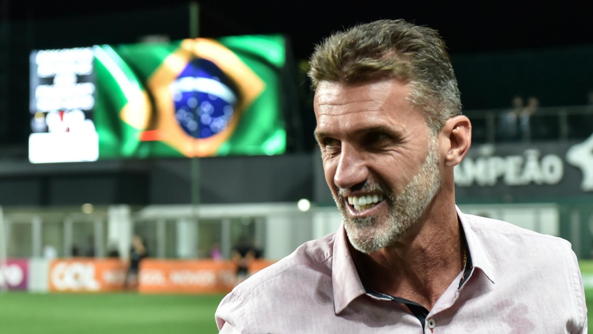 O técnico Vagner Mancini sorri antes do jogo entre Atlético-MG e Vitória