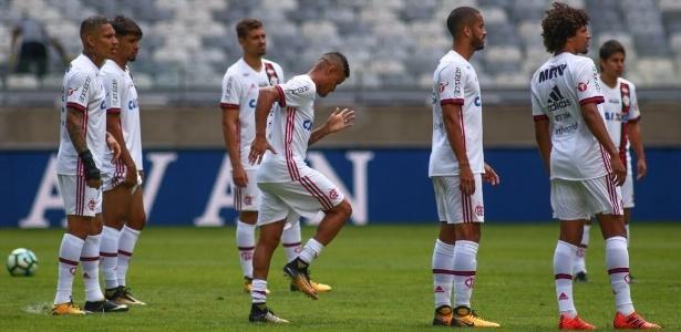 Everton treina no gramado do Mineirão: meia reforça o Flamengo na decisão