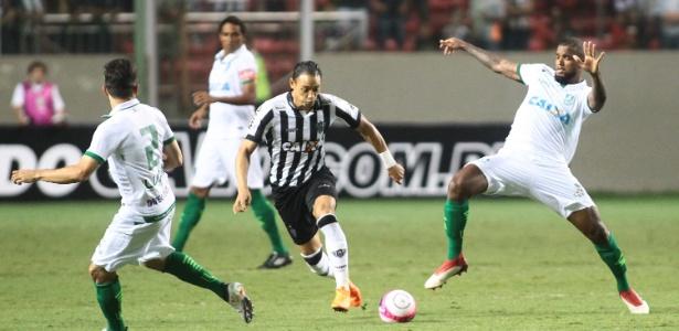 Ricardo Oliveira disputa bola com Messias em Atlético-MG e América-MG