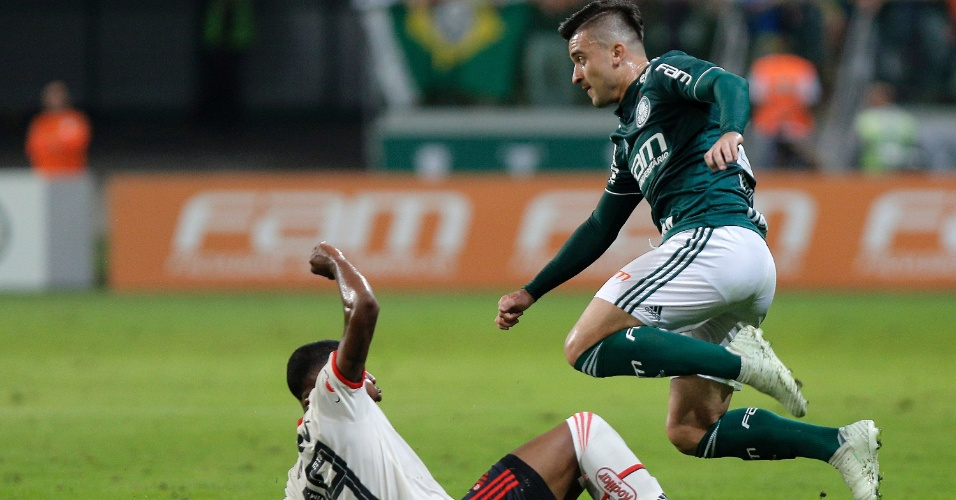 Victor Luis passa pela marcação de Jean Lucas na partida entre Palmeiras e Flamengo