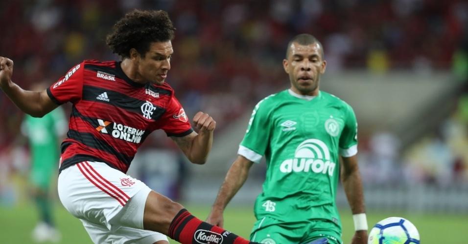 Willian Arão, do Flamengo, afasta a bola durante jogo contra a Chapecoense