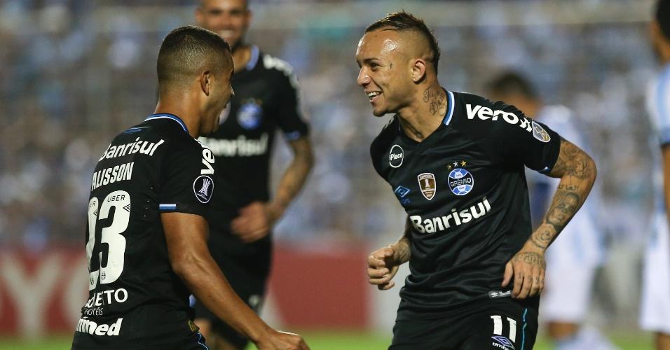 Alisson e Everton comemoram gol do Grêmio em partida da Copa Libertadores