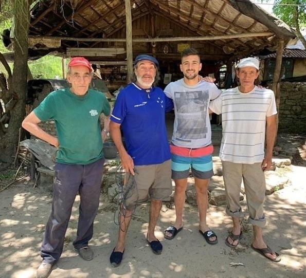 Arrascaeta, meia do Cruzeiro, aproveitou as férias para visitar a fazenda de seus tios no Uruguai