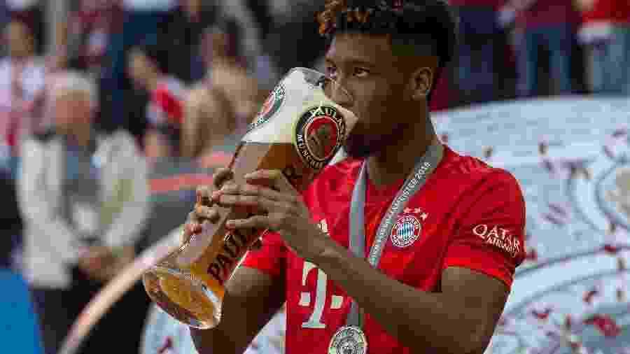 Kingsley Coman toma cerveja após a conquista do Campeonato Alemão com o Bayern de Munique - TF-Images/Getty Images