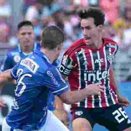 Igor Gomes, do São Paulo, disputa a bola em jogo contra o CSA - THALITA CHARGEL/FUTURA PRESS/ESTADÃO CONTEÚDO