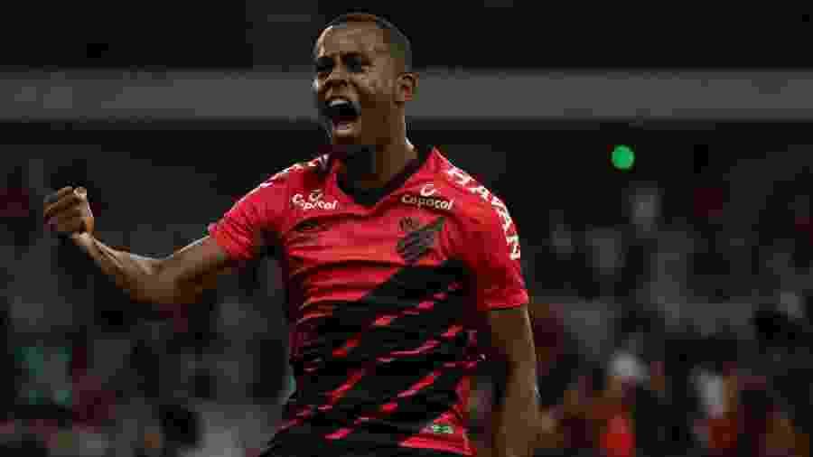 Carlos Eduardo comemora gol do Athletico durante partida contra o Cascavel pelo campeonato Paranaense 2020 - Joao Vitor Rezende Borba/AGIF