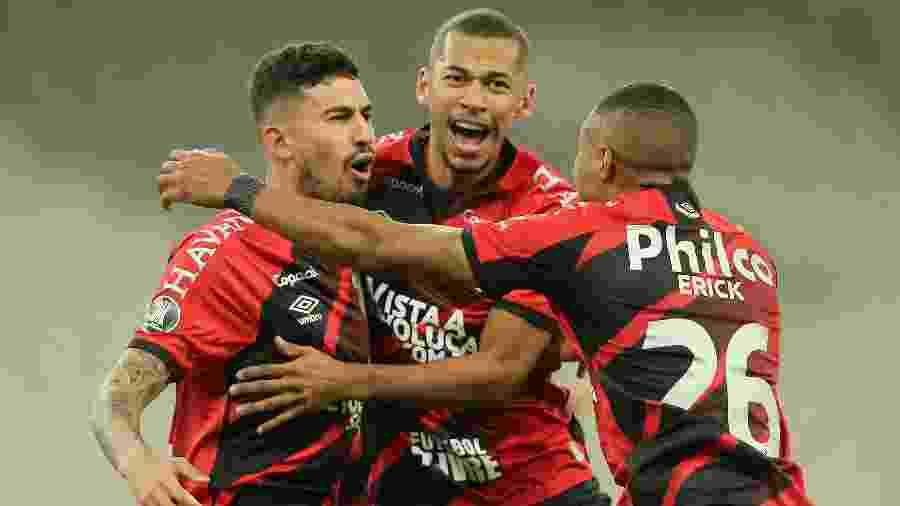 Pedro Henrique comemora com os companheiros um gol do Athletico contra o Colo-Colo pela Copa Libertadores 2020 - Rodolfo Buhrer-Pool/Getty Images
