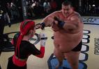 Lutadora nocauteia blogueiro de 240 kg em luta de MMA; veja