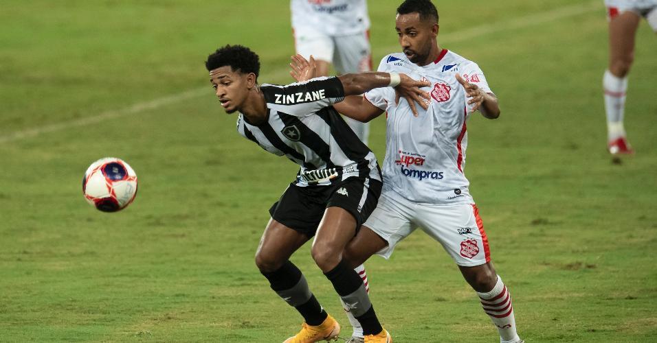 Dionathan, do Bangu, disputa lance com Warley, jogador do Botafogo